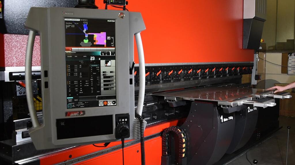 Standbild Film Amada Hebevorrichtung - alpin production GmbH & Co Vertriebs KG - Untergriesbach